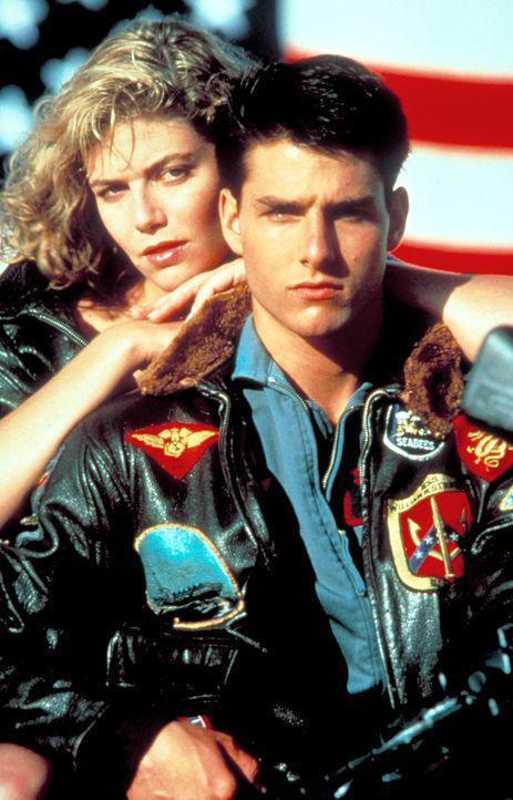 Während seines harten Trainingsprogramms lernt Maverick (Tom Cruise, r.) die ausgesprochen attraktive Ausbilderin Charlie (Kelly McGillis, l.) kenn... - Bildquelle: PARAMOUNT PICTURES CORPORATION