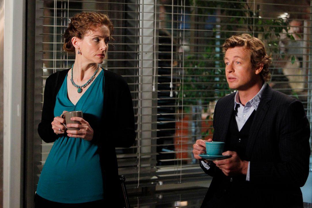 Während ihres ersten Dates werden Patrick (Simon Baker, r.) und Kristina (Leslie Hope, l.) beim Abendessen unterbrochen, als Lisbon Patrick darüber... - Bildquelle: Warner Brothers