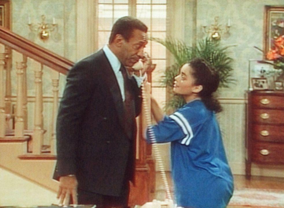 Denise (Lisa Bonet, r.) bittet Cliff (Bill Cosby, l.), die Leitung frei zu machen, weil sie einen dringenden Anruf erwartet. - Bildquelle: Viacom