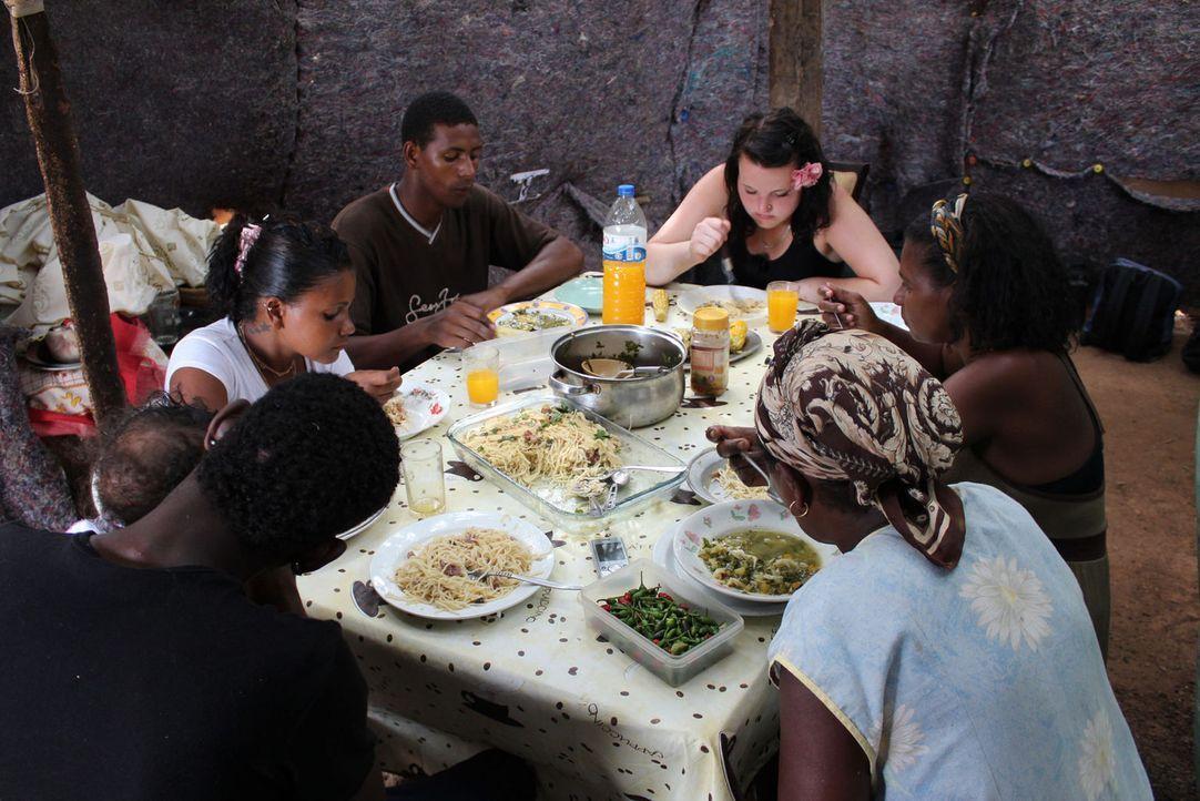 An das Essen muss sich die 17-jährige Anne (hinten r.) erst noch gewöhnen ... - Bildquelle: kabel eins