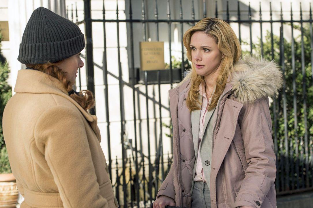 Gemeinsam gehen sie auf Mörderjagd: Frankie (Meg Steedle, r.) und Laura (Debra Messing, l.) ... - Bildquelle: Warner Bros. Entertainment, Inc.