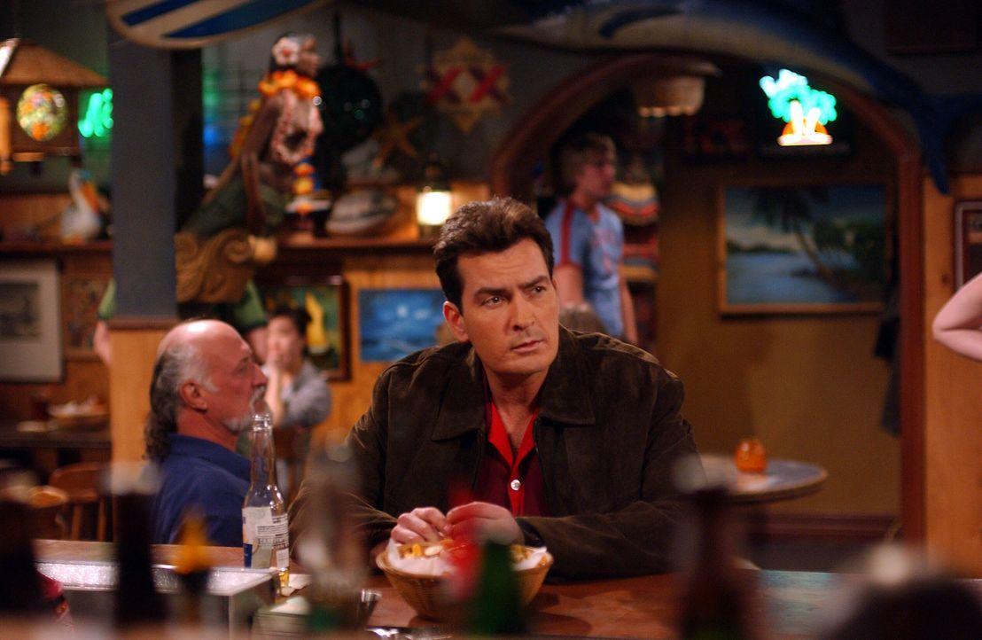 Gespannt wartet Charlie (Charlie Sheen) auf seine ehemalige Freundin Jill ... - Bildquelle: Warner Brothers Entertainment Inc.