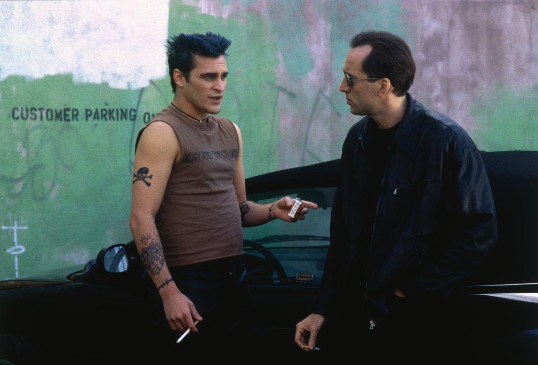 Von Max (Joaquin Phoenix, l.) erhält der Privatdetektiv Tom Welles (Nicolas Cage, r.) einige nützliche Tipps ... - Bildquelle: Columbia Pictures