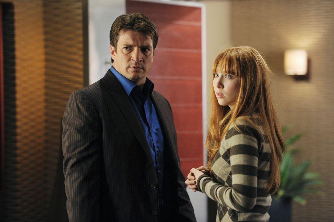 Castle (Nathan Fillion, l.) hat Angst davor, dass das gute Verhältnis zu seiner Tochter Alexis (Molly C. Quinn, r.) gefährdet ist und sucht das Gesp... - Bildquelle: 2010 American Broadcasting Companies, Inc. All rights reserved.