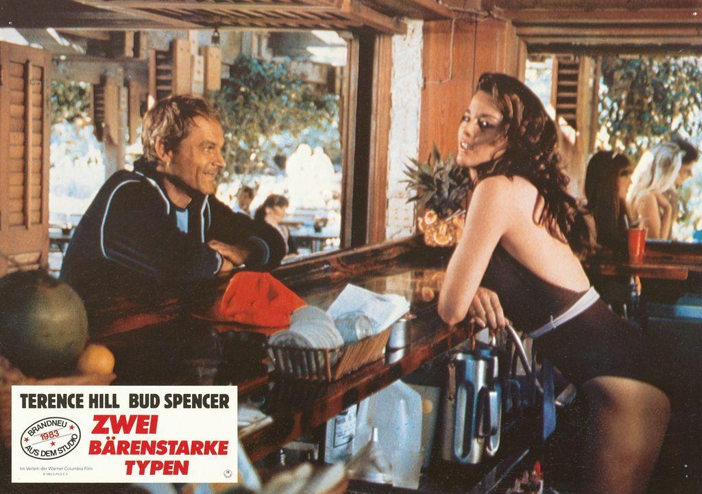 Trotz Rettung der Welt vor einem großen Bösewicht, lässt Roscoe (Terence Hill, l.) nichts anbrennen ... - Bildquelle: Warner Brothers