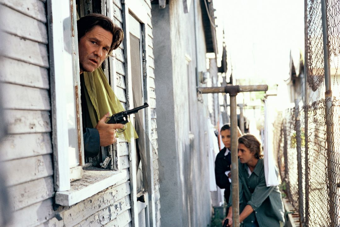 Polizeiermittler Eldon Perry (Kurt Russel, l.) ist bekannt für seine harten Methoden und seine zügellose Aggression. Dennoch ist er und seine Trup... - Bildquelle: Tobis Film