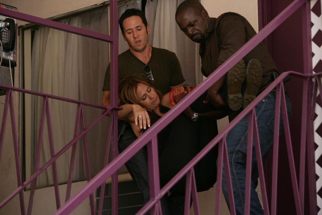 Kommen gerade noch rechtzeitig um Megan (Diane Farr, M.) aus den Fängen von Crystal Hoyle zu befreien: Don (Rob Morrow, l.) und David (Alimi Ballar... - Bildquelle: CBS International Televison