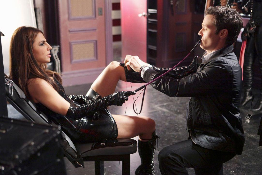 Aus reinen Ermittlungszwecken sucht Kevin Ryan (Seamus Dever, r.) die Domina Mistress Sapphire (Azita Ghanizada, l.) auf ... - Bildquelle: ABC Studios