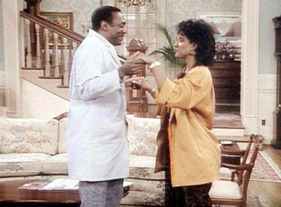 Clair (Phylicia Rashad, r.) und Cliff (Bill Cosby, l.) erlauben sich ein Tänzchen im Wohnzimmer. - Bildquelle: Viacom
