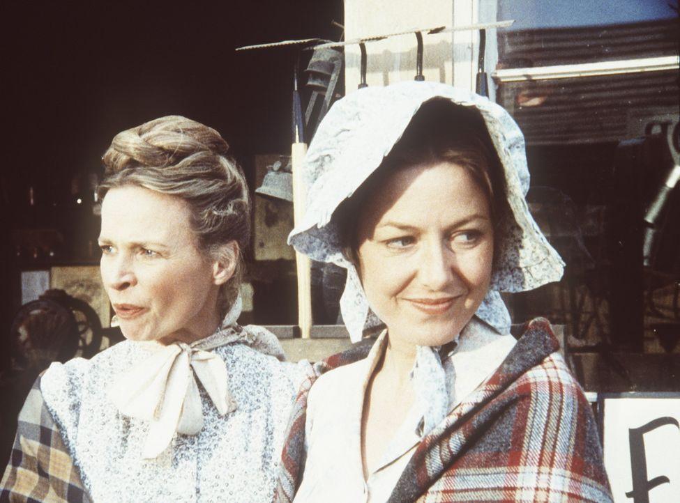 Grace Edwards (Bonnie Bartlett, l.) und Caroline Ingalls (Karen Grassle, r.) stellen beim Einkaufen in dem Goldgräbernest fest, dass die Preise hof... - Bildquelle: Worldvision