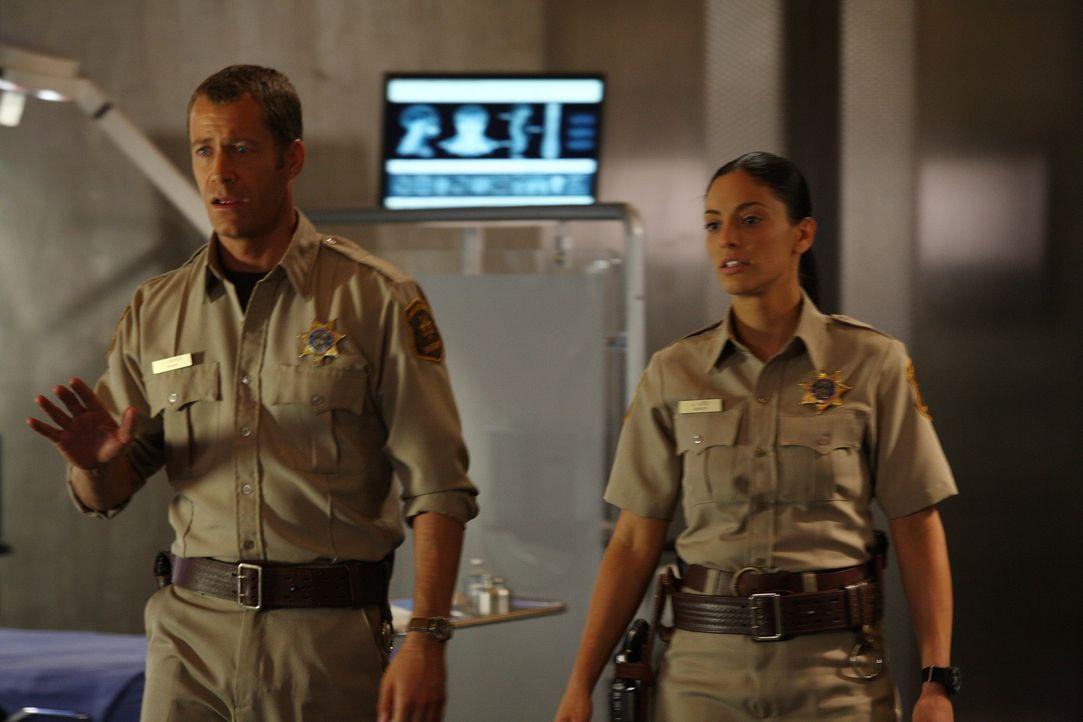 Carter (Colin Ferguson, l.) versucht sein altes Funkgerät zu reparieren und nervt Jo (Erica Cerra, r.) damit ... - Bildquelle: Universal Television