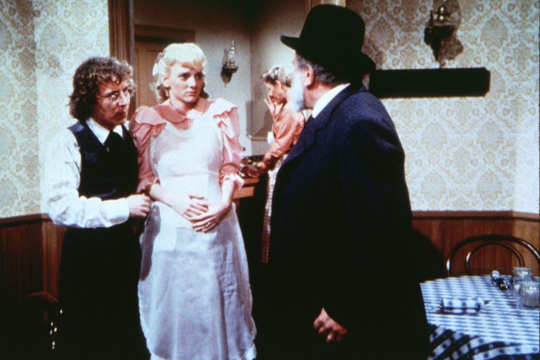Percival Dalton (Steve Tracy, l.) schützt seine hochschwangere Frau Nellie (Alison Arngrim, 2.v.l.) vor den Streitereien beider Eltern. - Bildquelle: Worldvision