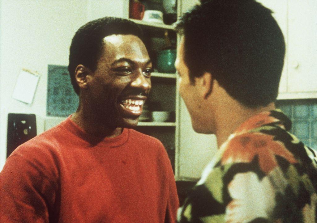 Axel Foley (Eddie Murphy, l.) lässt nichts unversucht, um die Mörder seines Freundes zu finden ... - Bildquelle: Paramount Pictures