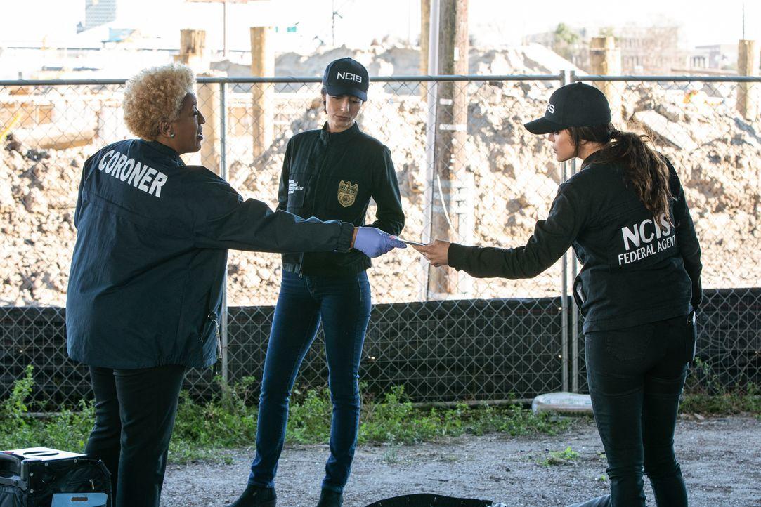 (v.l.n.r.) Dr. Loretta Wade (CCH Pounder ); Special Agent Hannah Khoury (Necar Zadegan); FBI Special Agent Tammy Gregorio (Vanessa Ferlito) - Bildquelle: Sam Lothridge 2020 CBS Broadcasting Inc. All Rights Reserved. / Sam Lothridge