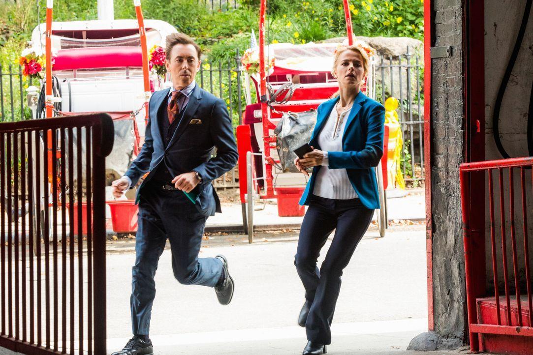 Dr. Dylan Reinhart (Alan Cumming, l.) und Det. Lizzie Needham (Bojana Novakovic, r.) ermitteln im Fall eines Mordes im Central Park ... - Bildquelle: Francisco Roman 2017 CBS BROADCASTING INC. ALL RIGHTS RESERVED. / Francisco Roman