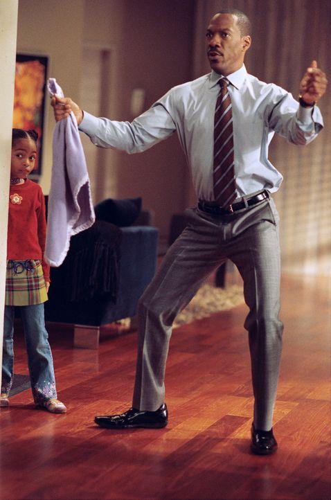 Die kleine Olivia (Yara Shahidi, l.) entführt ihren Papa Evan (Eddie Murphy, r.) in die magische Welt ihrer Zauberdecke ... - Bildquelle: 2009 BY PARAMOUNT PICTURES. ALL RIGHTS RESERVED