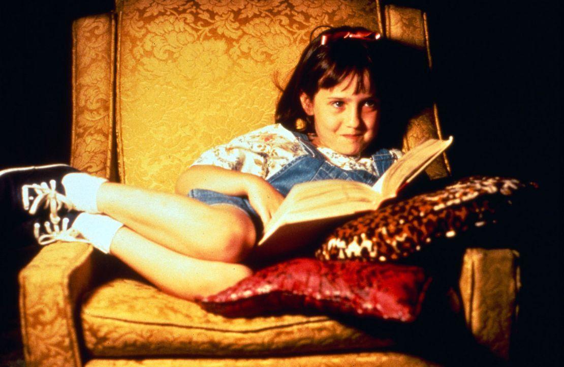 Gegen den Willen ihrer Eltern hat sich Matilda (Mara Wilson) selbst das Lesen beigebracht und findet nun in ihren Büchern eine Welt jenseits von Bi... - Bildquelle: Columbia TriStar