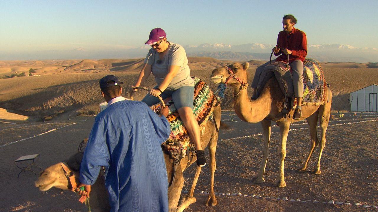 Alexandra muss sich von ihrem Ausflug in die marokkanische Wüste erst einmal... - Bildquelle: ATV