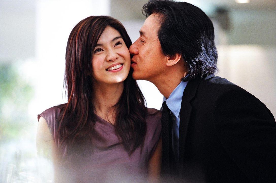 Während Inspektor Wing (Jackie Chan, r.) den Geburtstag seiner Freundin Ho Yee (Charlie Yeung, l.) feiert, organisiert sich das Böse ein mörderis... - Bildquelle: E.M.S.