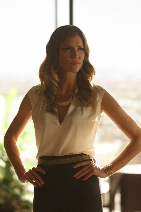 Während sich Charlotte (Tricia Helfer) Einblicke in die Leben ihrer Söhne wünscht, muss sich Chloe mit der Frage, wie sie zu Dan steht, auseinanders... - Bildquelle: 2016 Warner Brothers