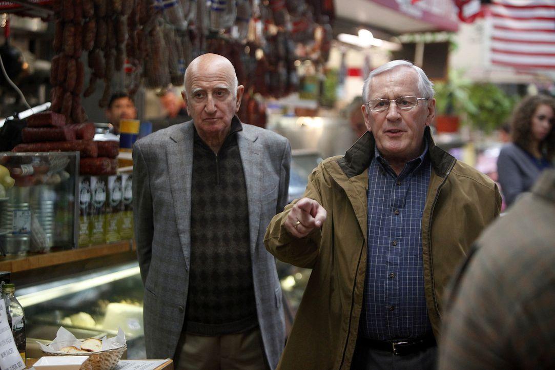 Henry Reagan (Len Cariou, r.) trifft den Mafiosi Happy Jack Vintano (Dominic Chianese, l.), dessen Sohn verdächtigt wird, eine Polzistin getötet zu... - Bildquelle: 2010 CBS Broadcasting Inc. All Rights Reserved