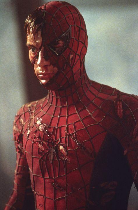 Von seinem Gegner wird Peter Parker alias Spider-Man (Tobey Maguire) übel zugerichtet, doch so leicht lässt der sich nicht unterkriegen ... - Bildquelle: 2003 Sony Pictures Television International