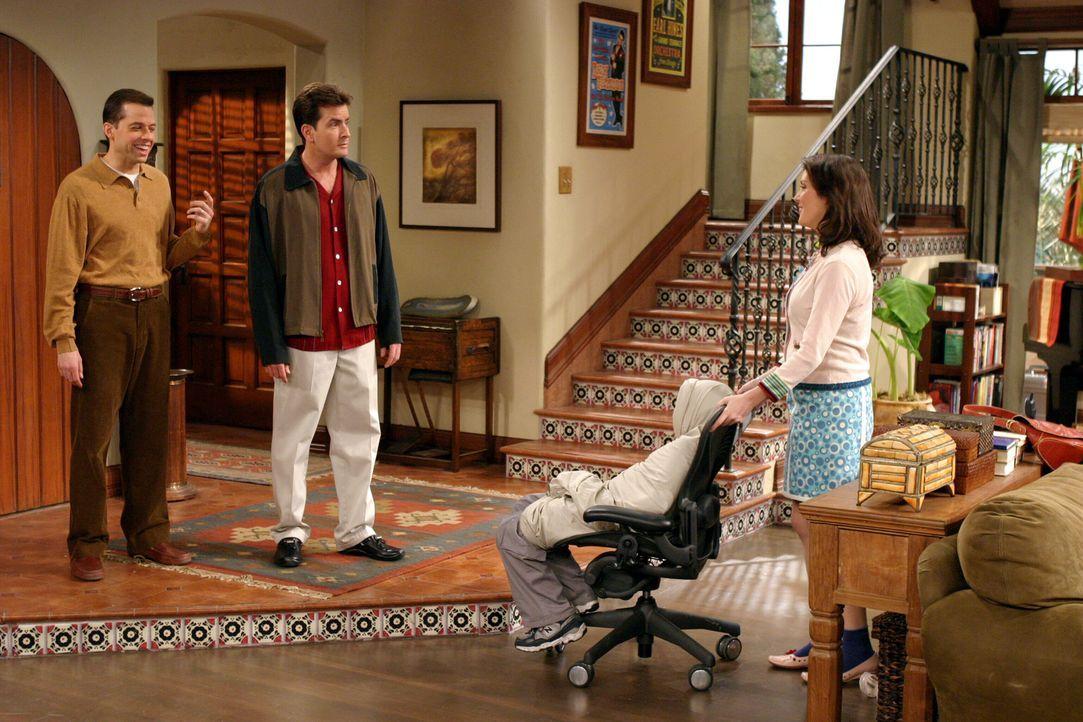 Jake (Angus T. Jones, 2.v.r.) und Rose (Melanie Lynskey, r.) beobachten einen Streit zwischen Alan (Jon Cryer, l.) und Charlie (Charlie Sheen, 2.v.l... - Bildquelle: Warner Brothers Entertainment Inc.