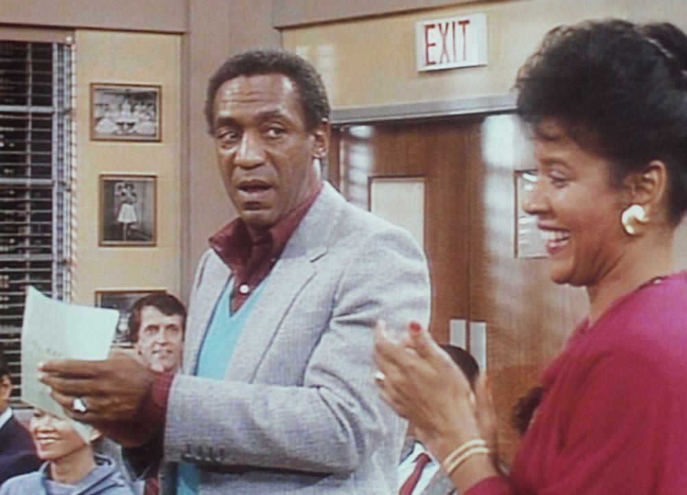 """Cliff (Bill Cosby, l.) und Clair (Phylicia Rashad, r.) besuchen ein Schülerkonzert, bei dem ihre Tochter Vanessa als """"begnadete"""" Musikerin auftrete... - Bildquelle: Viacom"""