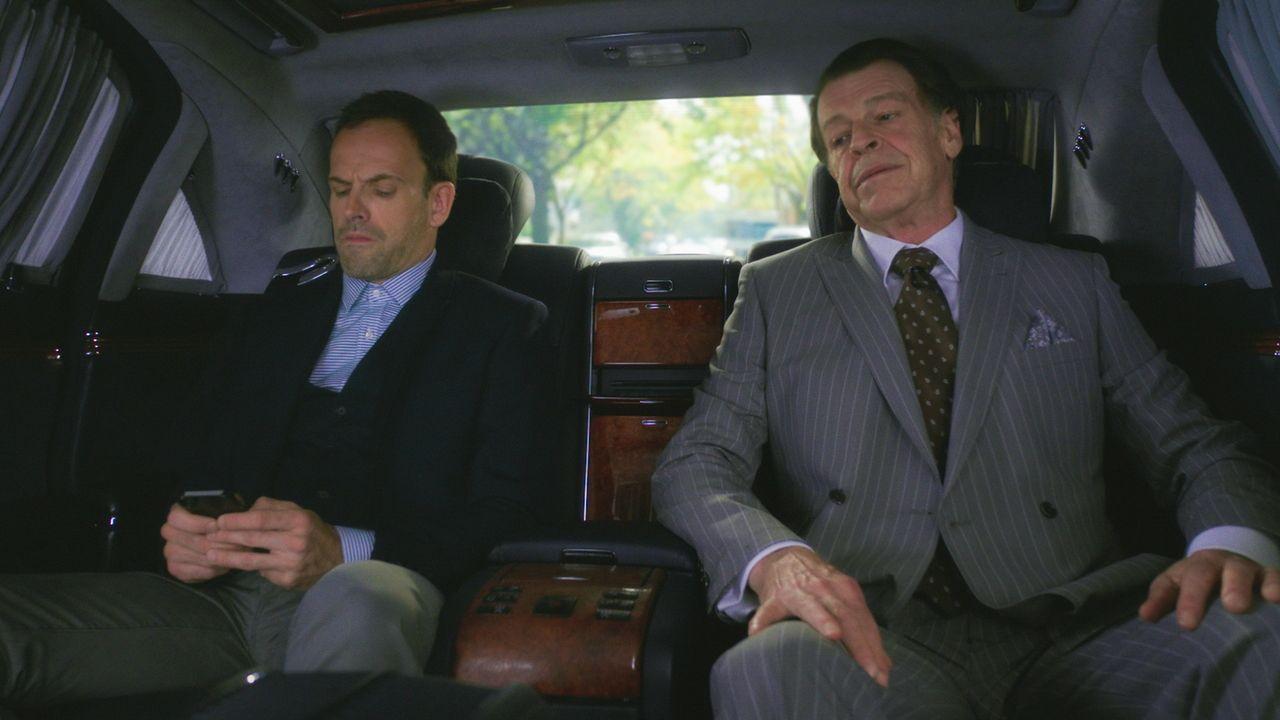 Mit Morlands (John Noble, r.) Hilfe können Sherlock (Jonny Lee Miller, l.) und Watson den komplizierten Fall um ein Attentat vielleicht schneller lö... - Bildquelle: 2015 CBS Broadcasting Inc. All Rights Reserved.