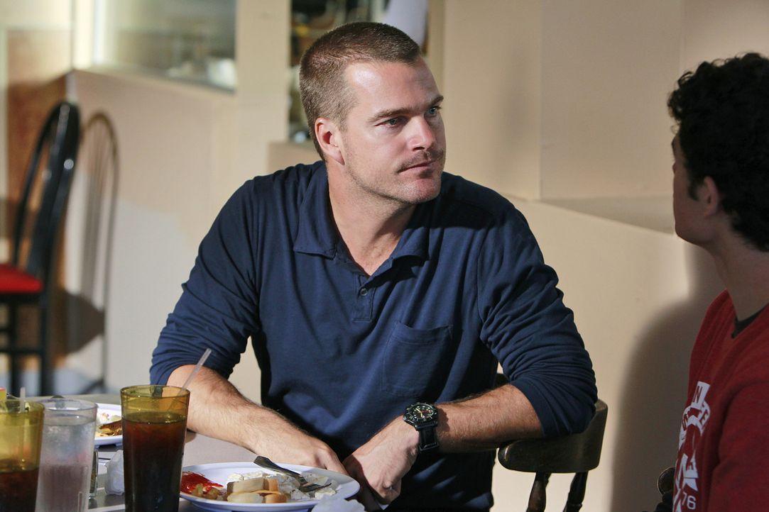 Bei den Ermittlungen in einem neuen Fall stößt Callen (Chris O'Donnell, l.) auf Brandon (Brett DelBuono, r.). Doch wird er ihm weiterhelfen können? - Bildquelle: CBS Studios Inc. All Rights Reserved.