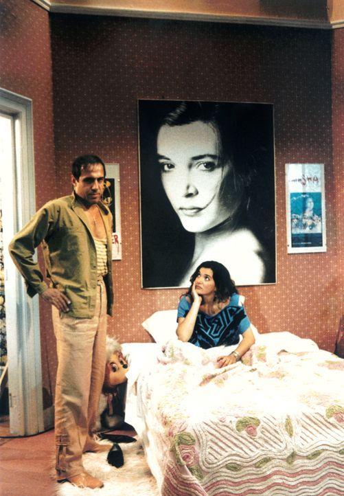 In seiner Traumwelt hat Boghi (Adriano Celentano, l.) die schöne Römerin Linda (Marina Suma) ganz schnell dort, wo er sie haben möchte ...