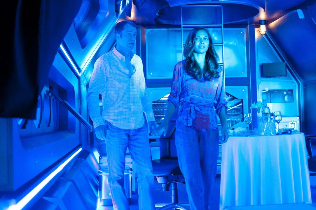 Ein U-Boot-Unglück ruiniert ihre romantischen Ausflugspläne: Allison (Salli Richardson-Whitfield, r.) und Carter (Colin Ferguson, l.) ... - Bildquelle: Universal Television