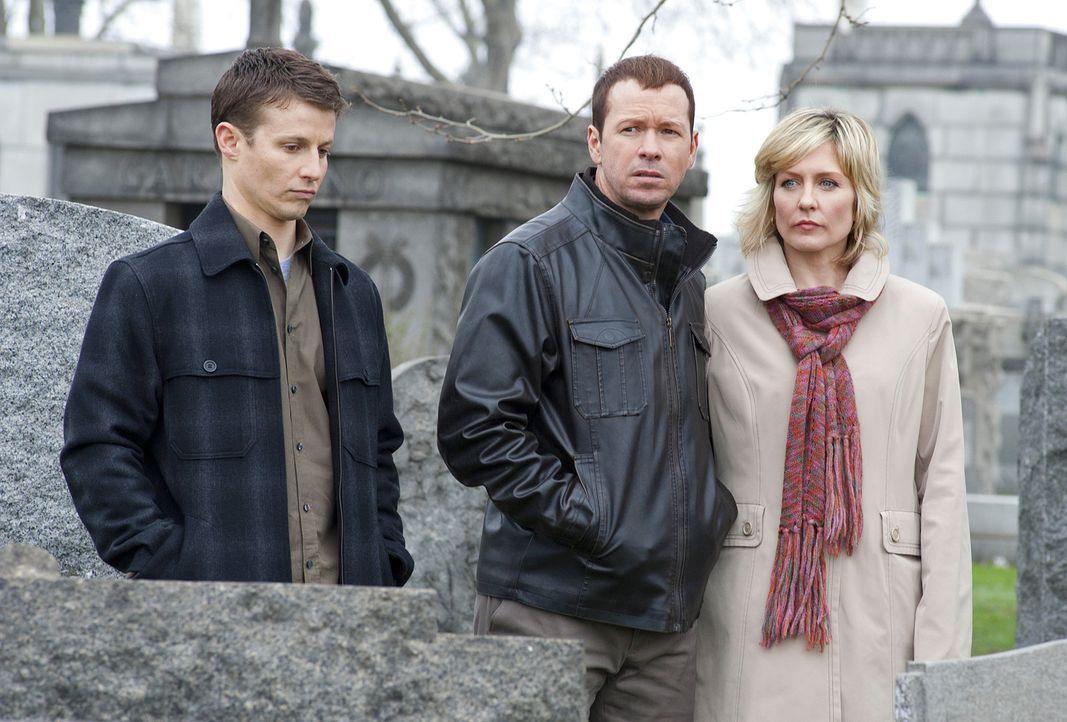 Jamie (Will Estes,l .), Danny (Donnie Wahlberg, M.) und Linda Reagan (Amy Carlson, r.) trauern um ihre verstorbenen Familienmitglieder ... - Bildquelle: 2010 CBS Broadcasting Inc. All Rights Reserved