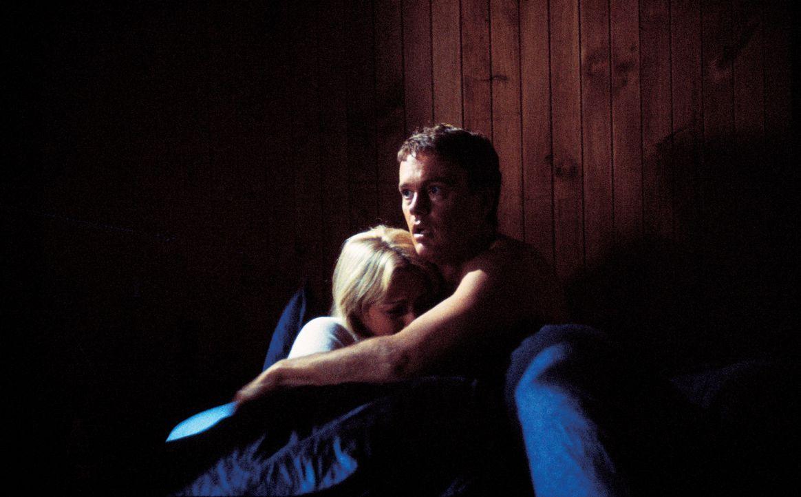 Mitten in der Nacht kommt es zu einem Bergrutsch. Stuart (Craig McLachlan, r.) und seine Frau Sally (Jodie Dry, l.) werden aus den Betten geworfen u... - Bildquelle: Sony Pictures Television International. All Rights Reserved