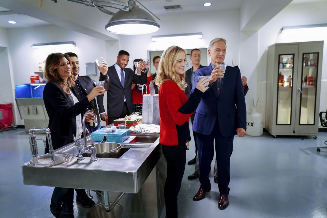 Das gesamte NCIS-Team feiert Weihnachten: (v.l.n.r.) Quinn (Jennifer Esposito), Torres (Wilmer Valderrama), Reeves (Duane Henry), Abby (Pauley Perre... - Bildquelle: Sonja Flemming 2016 CBS Broadcasting, Inc. All Rights Reserved / Sonja Flemming