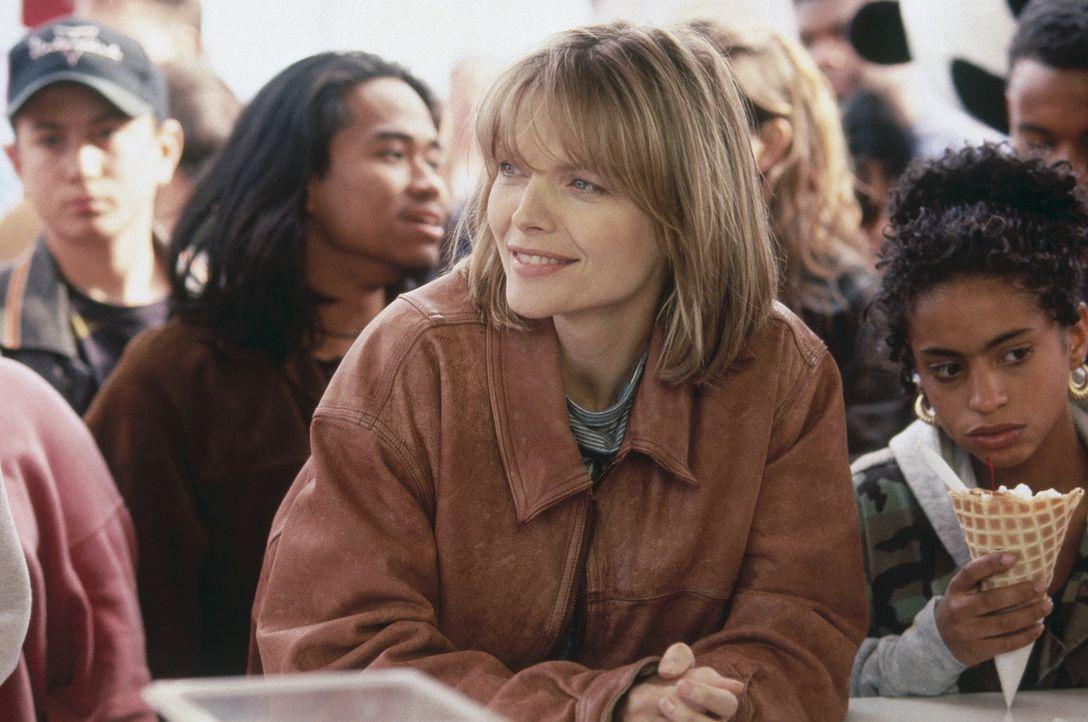 Schon bald erkennen auch die Schüler, dass die neue Englischlehrerin LouAnne Johnson (Michelle Pfeiffer, M.) es ernst mit ihnen meint. - Bildquelle: Hollywood Pictures
