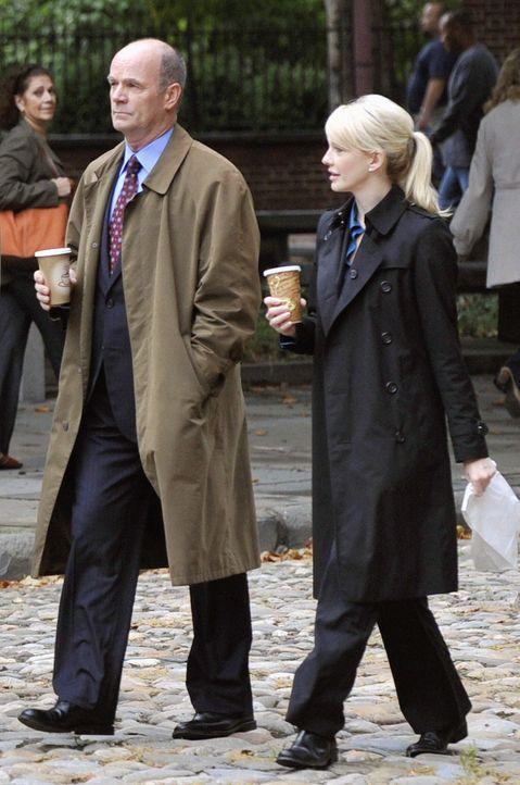 Vor 17 Jahren wurde eine junge Lehrerin vor einer Schule erschossen. Lt. John Stillman (John Finn, l.) und Det. Lilly Rush (Kathryn Morris, r.) nehm... - Bildquelle: Warner Bros. Television