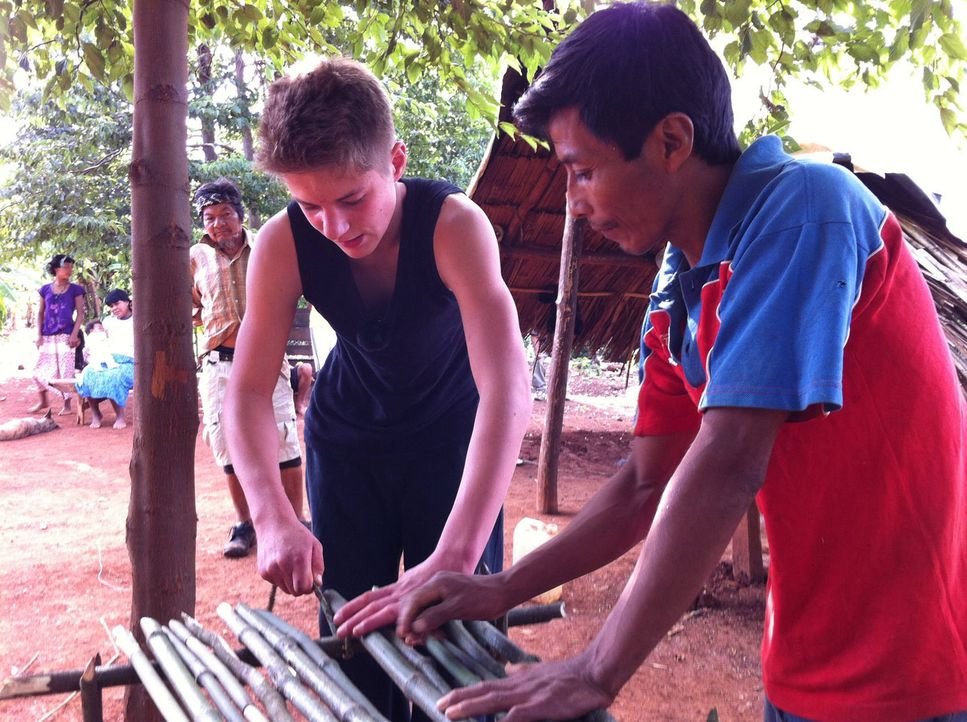Zusammen mit seinem Gastvater Eliseo (r.) baut Pascale (l.) einen Tisch aus Bambus. - Bildquelle: kabel eins