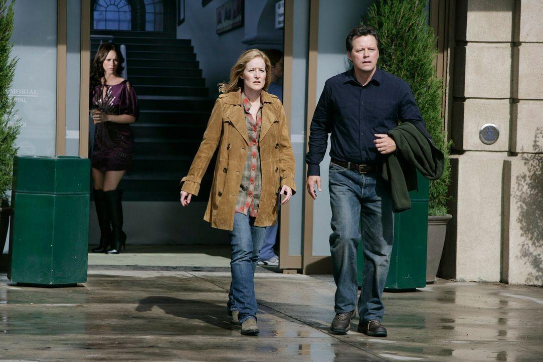 Melinda (Jennifer Love Hewitt, l.) weiß, dass Diane (Kari Coleman, M.) und Dave Walker (Steven Culp, r.) von einem Geist heimgesucht werden. Da sich... - Bildquelle: ABC Studios