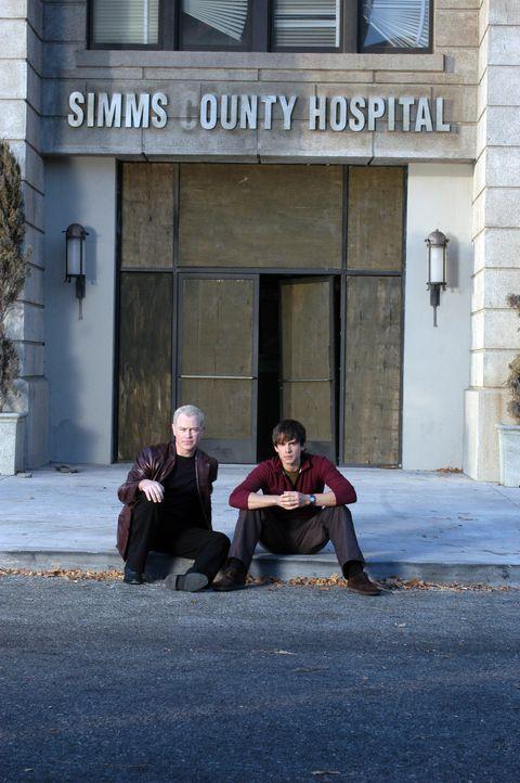 Connor (Neal McDonough, l.) und McCabe (Christopher Gorham, r.) stehen vor einem medizinischen Rätsel ... - Bildquelle: CBS Television