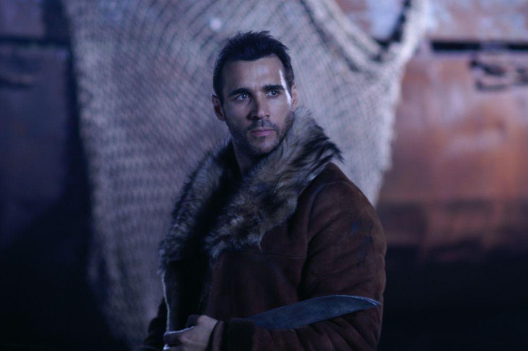Duncan MacLeod (Adrian Paul) versucht den Wächter mit seinem Schwert zu bezwingen, doch dieser ist nur leicht verwundet, als Duncan ihn das Schwert... - Bildquelle: Lions Gate Films
