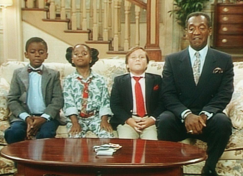 Cliff (Bill Cosby, r.) übt mit Rudy (Keshia Knight Pulliam, 2.v.l.) und ihren Freunden das gute Benehmen im Theater. - Bildquelle: Viacom