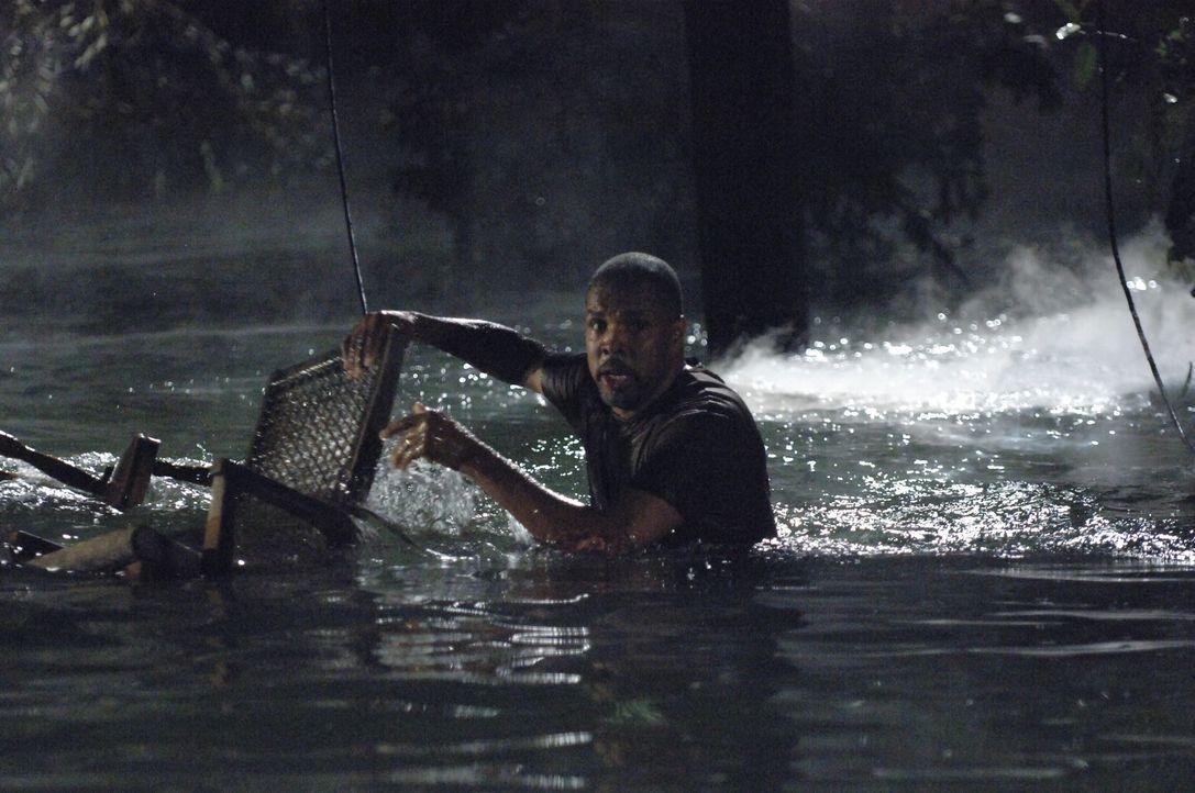 Rückblende: Aaron (Eriq La Salle) kämpft gegen die Wassermassen, die Hurrikan Katrina mitgebracht hat, an ... - Bildquelle: Warner Bros. Entertainment Inc.