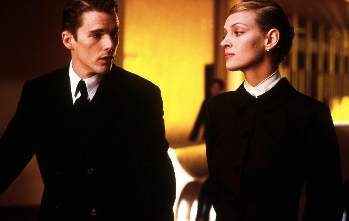 In der sterilen Welt der Gen-Perfektion verlieben sich Vincent (Ethan Hawke, l.) und Irene (Uma Thurman, r.) auch ohne Validitäts-Zeugnis ... - Bildquelle: Columbia Pictures