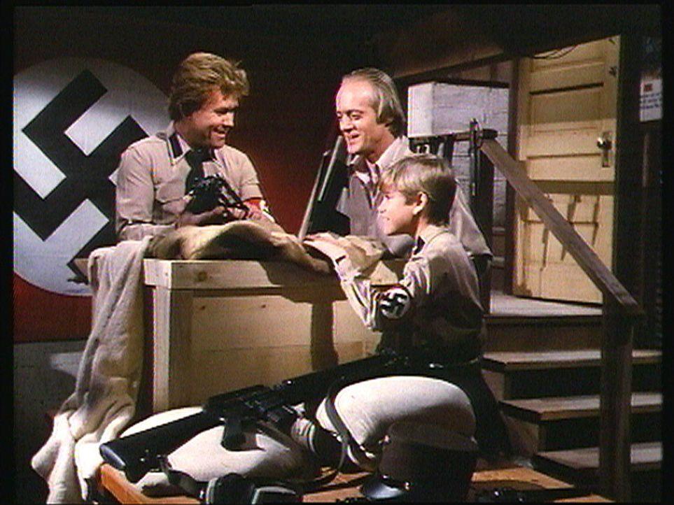 Als die Neonazis Jan Baldt (Paul Koslo, l.) und Cal (Robert O'Reilly, M.) Jans Sohn Rolf ihre neuen Waffen vorführen, ahnen sie noch nicht, was sie... - Bildquelle: Worldvision Enterprises, Inc.
