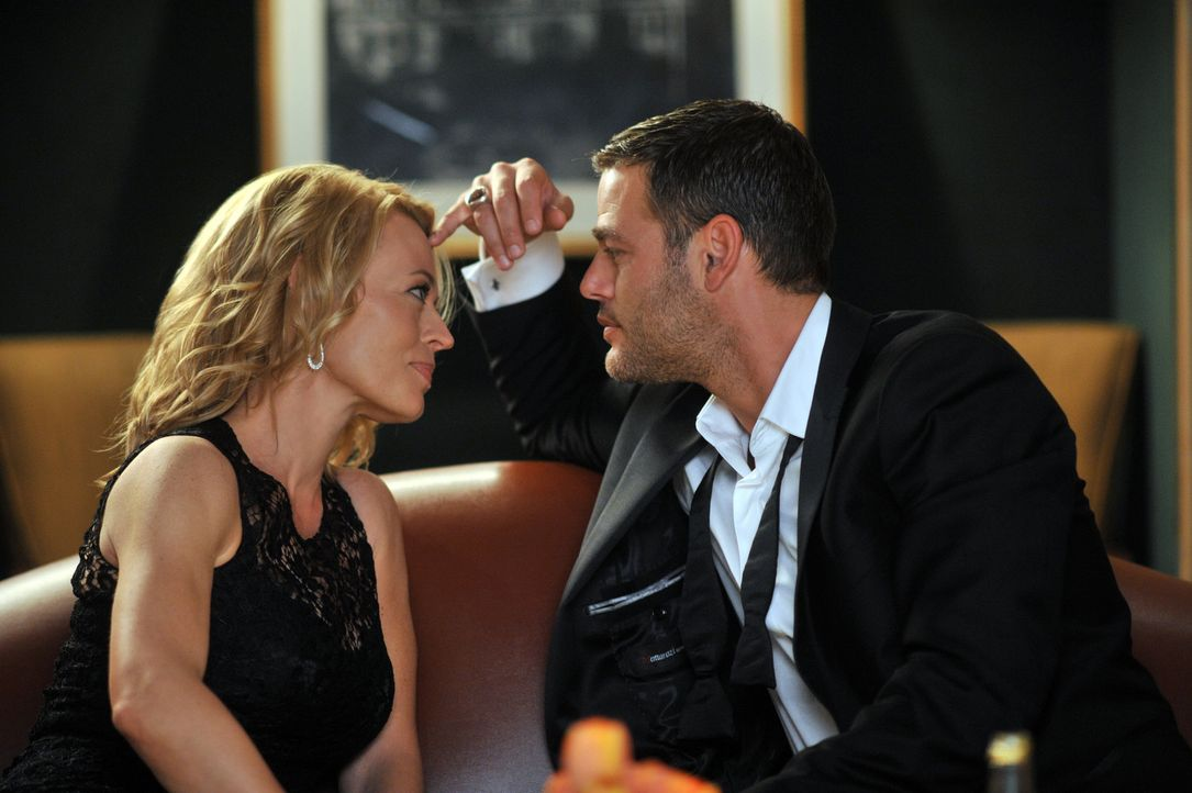 Der rätselhafte Sergej (Ivan Sergei, r.) zieht Dr. Kate Murphey (Jeri Ryan, l.) völlig in seinen Bann ... - Bildquelle: ABC Studios