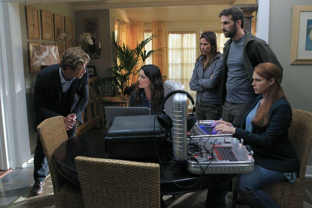 Patrick (Simon Baker, l.), Teresa (Robin Tunney, 2.v.l.) und Grace (Amanda Righetti, r.) untersuchen die Entführung eines Paares, das wahrscheinlich... - Bildquelle: Warner Bros. Television