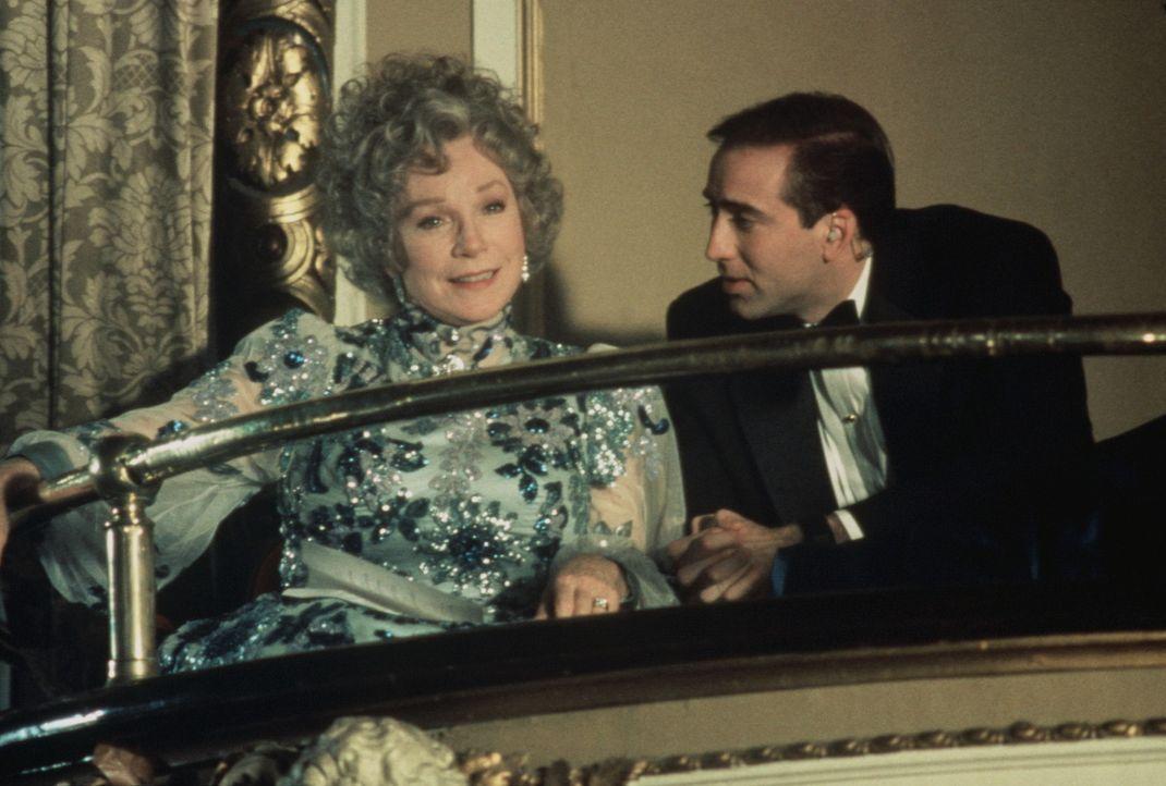 Die launische Präsidentenwitwe Tess Carlisle (Shirley MacLaine, l.) wird von ihrem Bodyguard Doug (Nicolas Cage, r.) natürlich auch in die Oper be... - Bildquelle: TriStar Pictures