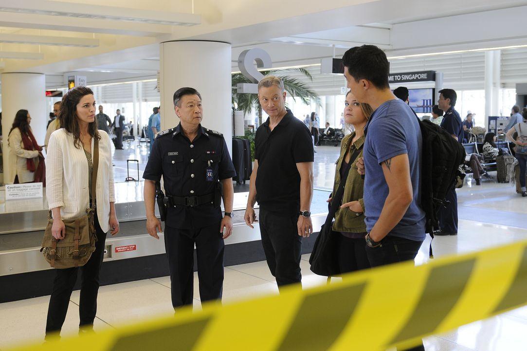 Werden von Inspector Cheong (Tzi Ma, 2.v.l.) nach Singapur gerufen, um dort den Tod von zwei Amerikanerinnen aufzuklären: Clara Seger (Alana De La G... - Bildquelle: Neil Jacobs 2016 ABC Studios. All rights reserved.