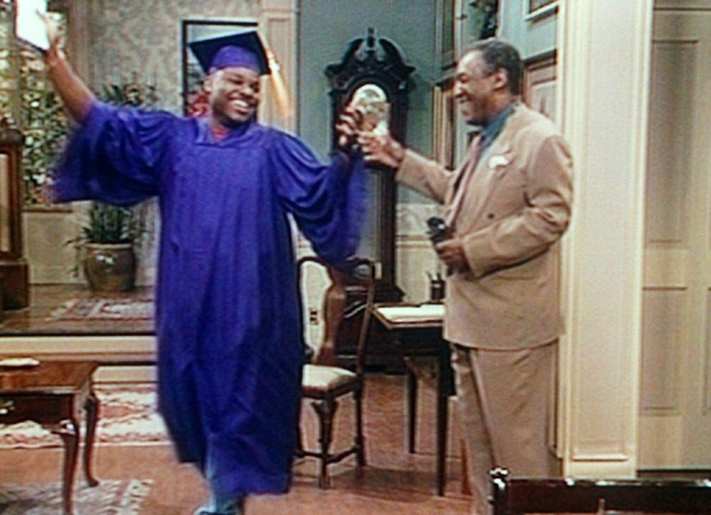 Cliff (Bill Cosby, r.) platzt fast vor Vaterstolz, als er Theo (Malcolm-Jamal Warner, l.) in seiner Aufmachung für die feierliche Zeugnisübergabe... - Bildquelle: Viacom